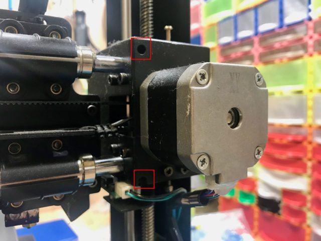 технологические отверстия, через которые можно ослабить винты крепления валов оси X
